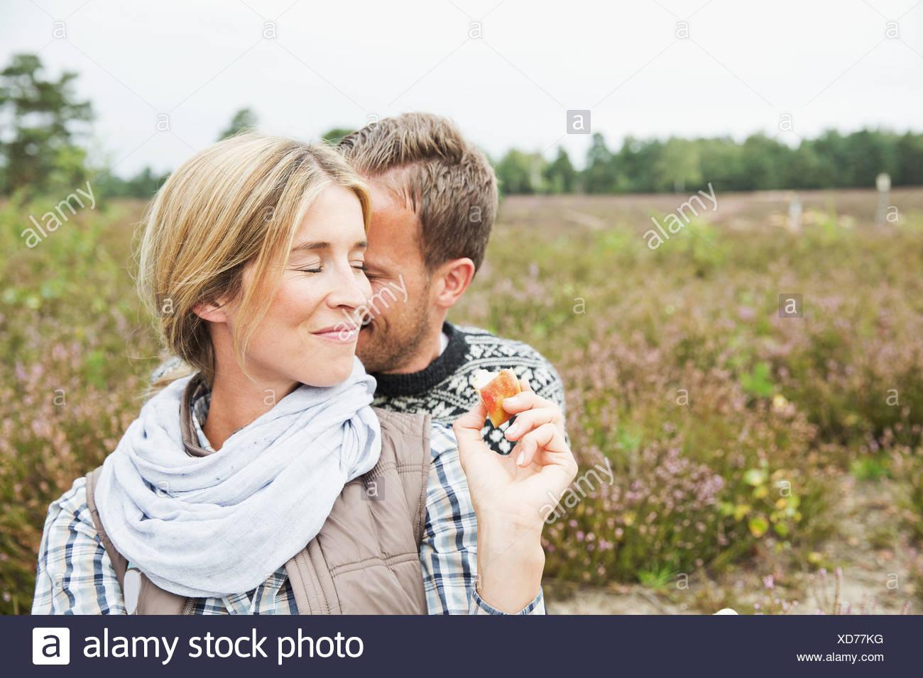 Mitte erwachsenes paar Frau lächelnd mit Augen geschlossen Stockbild