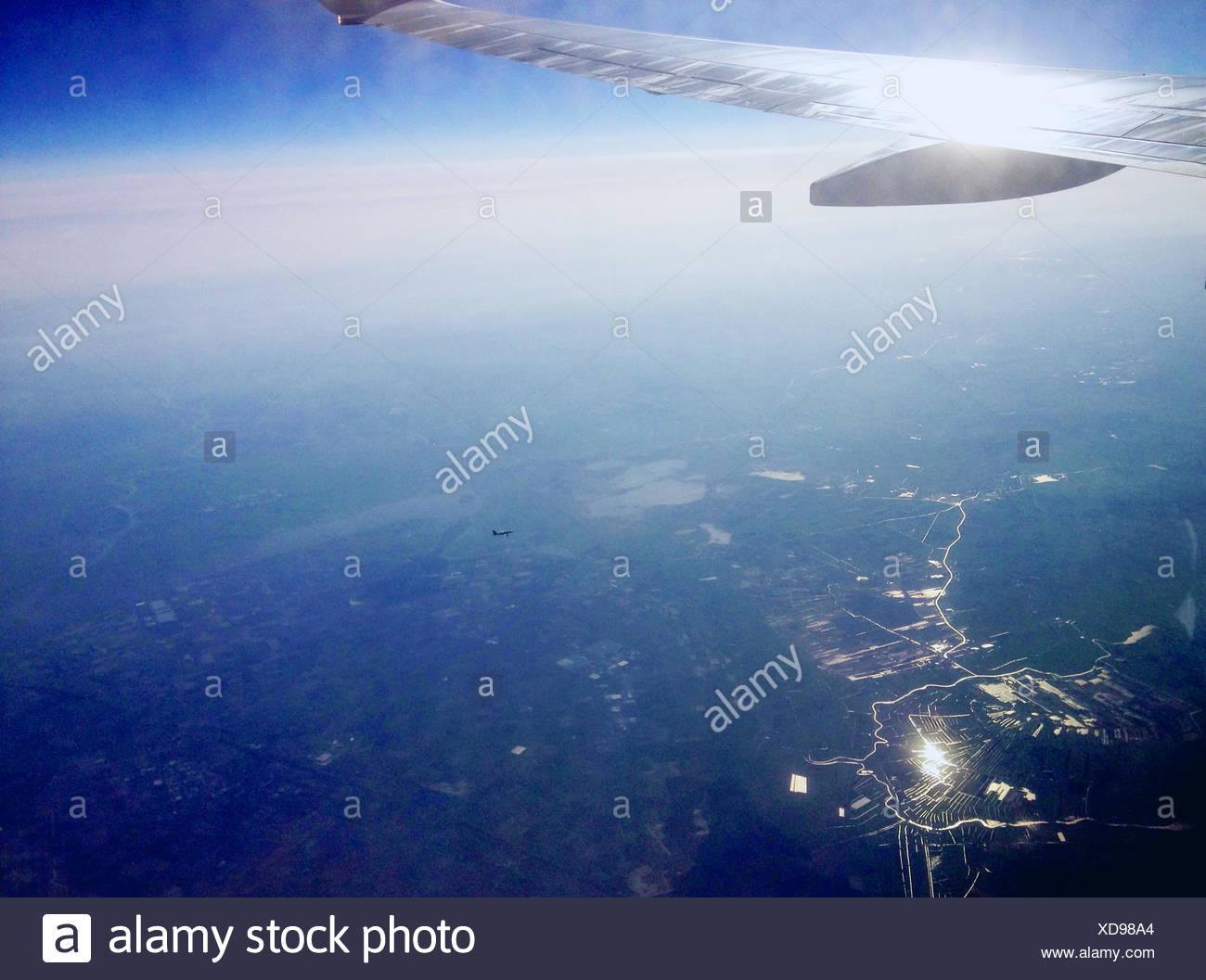 Blick auf Flugzeugflügel von Fahrzeug-Innenraum/Flugzeugfenster Stockbild