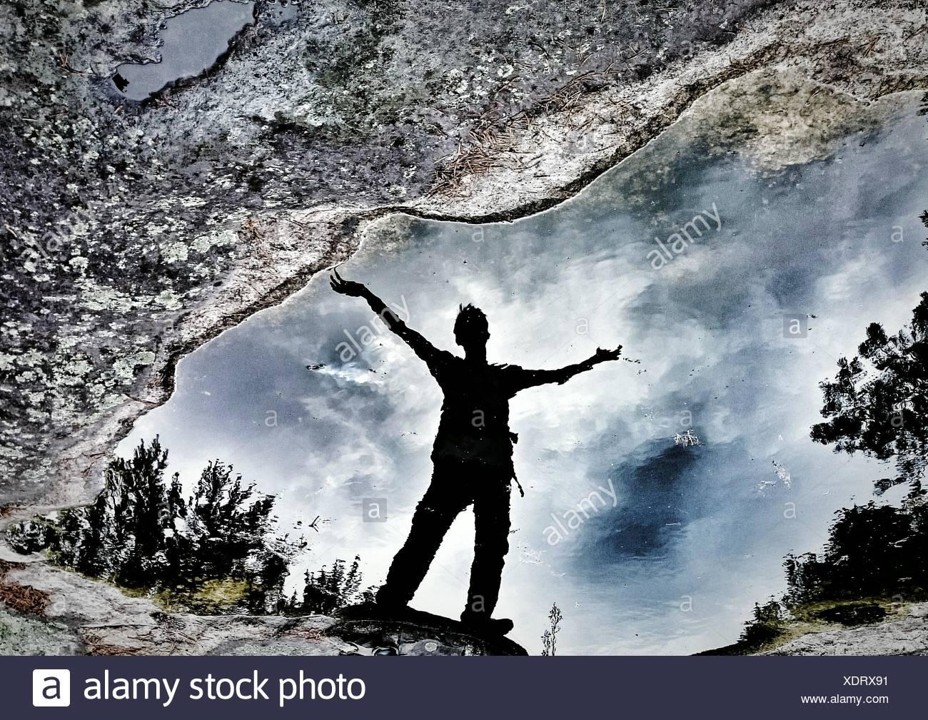 Reflexion des Menschen auf Pfütze Stockbild