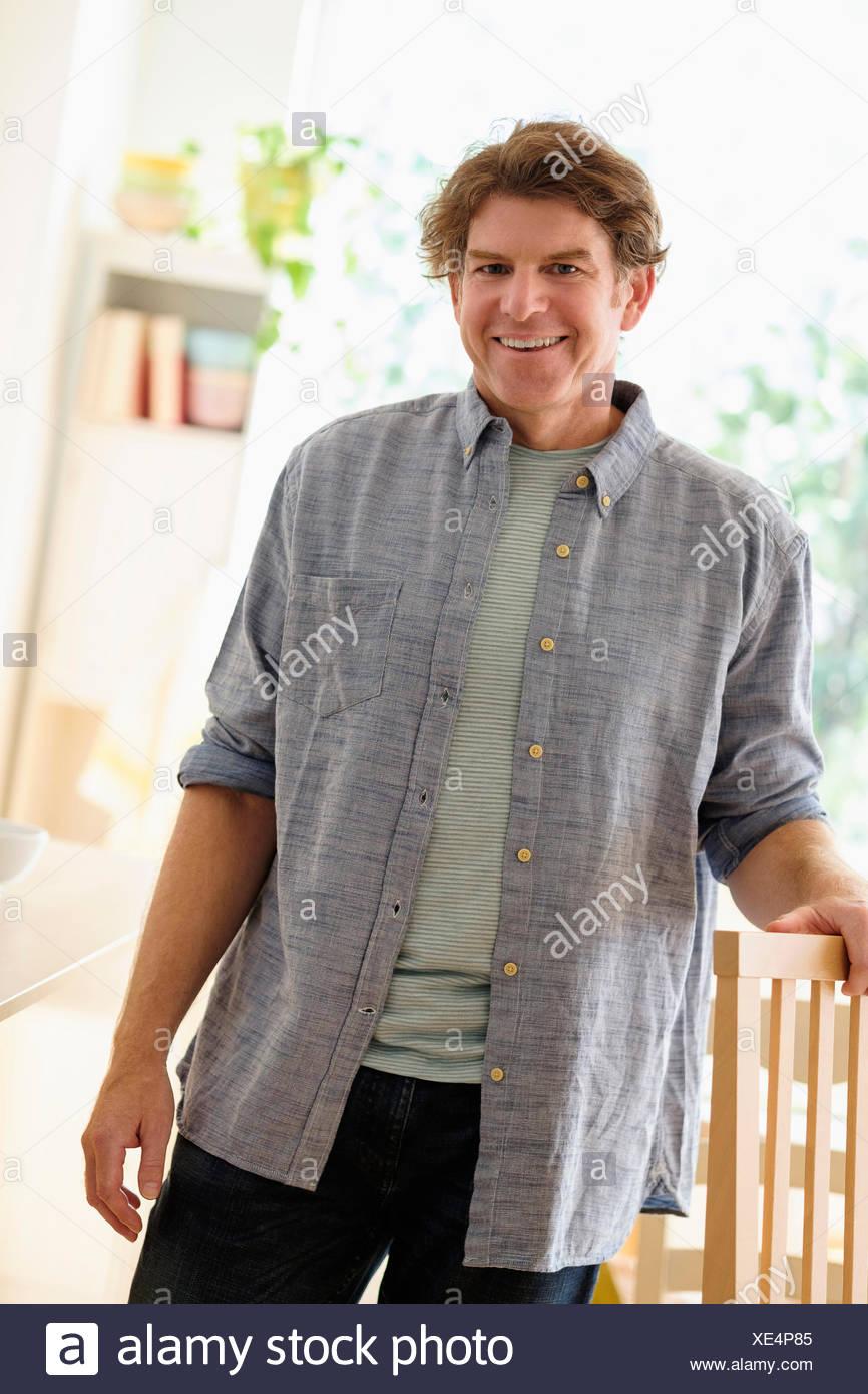 Porträt von reifer Mann im Haus Stockbild