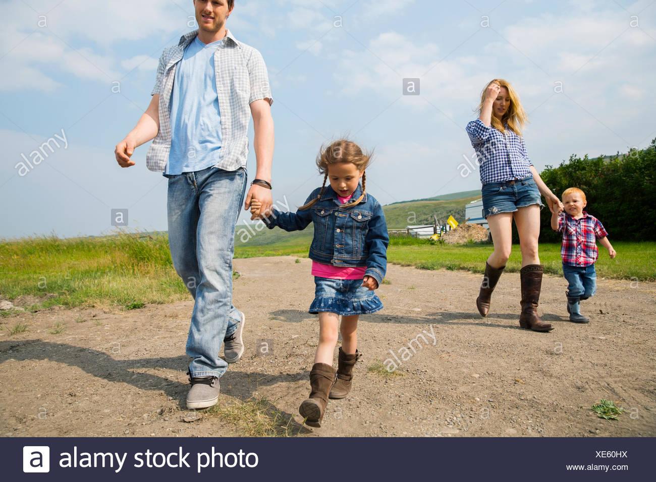 Familie gehen auf ländliche unbefestigte Straße Stockbild