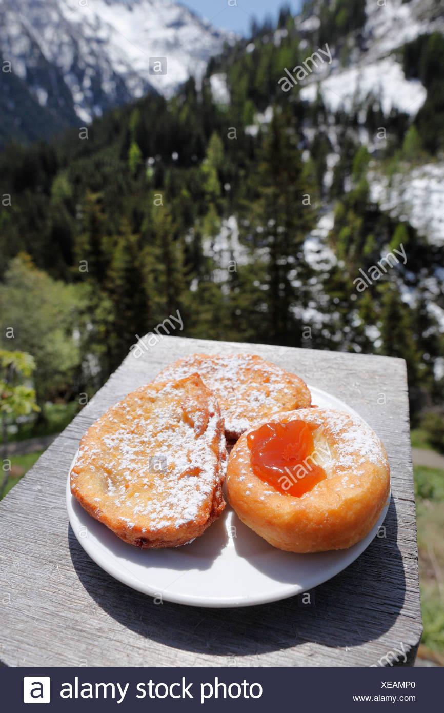 Donuts und Pflaume Krapfen, Gfoelleralm Restaurant, Naturpark Soelktaeler, Schladming Tauern Berge, obere Steiermark, Steiermark Stockbild