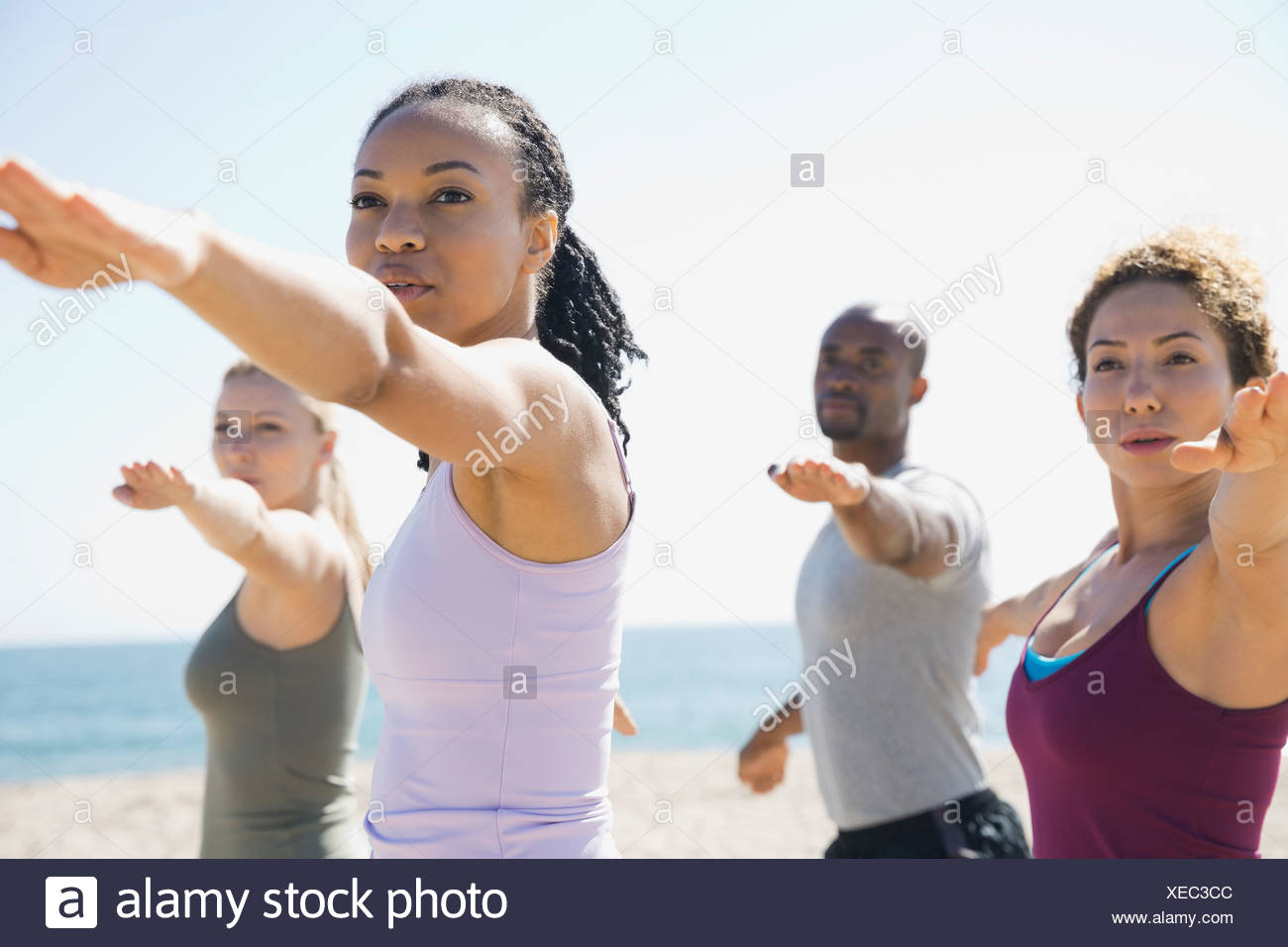 Gruppe Yoga am Strand Stockbild