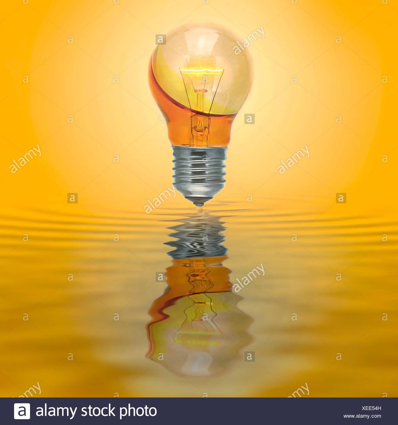 Erleuchte Lampe mit keine elektrische Verbindung mit gelben Wasser gefüllt Stockbild