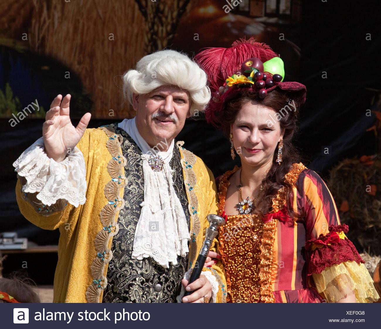 Ernten Sie, Queen und alte Fritz tragen Barock Kostüme beim Bauernherbst, Erntedankfest in Marzahn, Berlin Stockbild