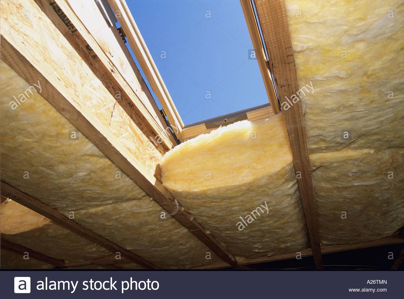 R38 techo aislante de fibra de vidrio está instalado en la nueva casa estilo loft en construcción Imagen De Stock