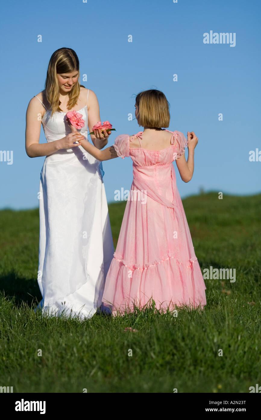 Joven Mujer mujeres novia bailando en blanco rosa boda vestido en ...