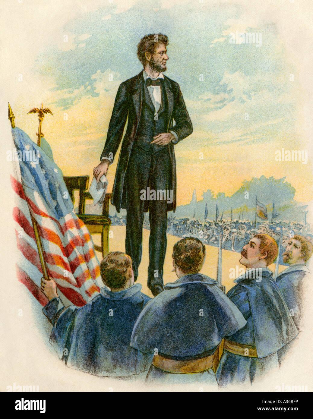 El presidente Abraham Lincoln entregando el Discurso de Gettysburg en el campo de batalla durante la Guerra Civil Imagen De Stock