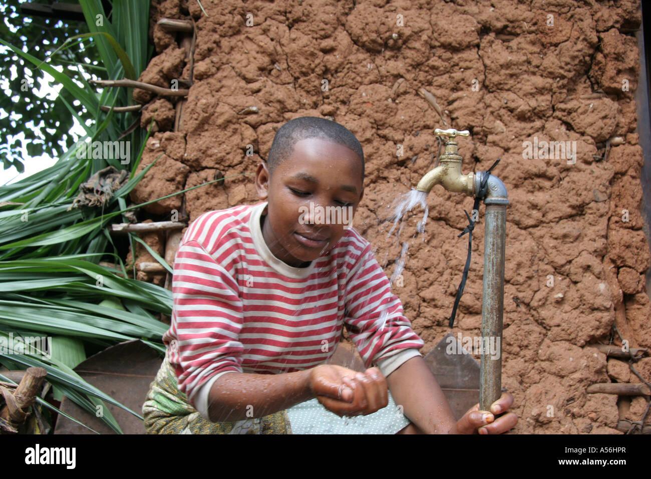 Painet Iy8600 Tanzania Girl Kid Niño Lavándose La Cara Manos Toca El