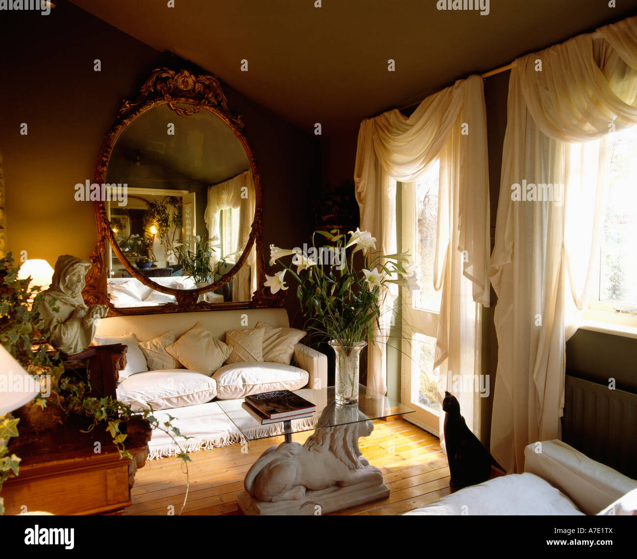Negro Salon Con Cortinas Blancas Y Sofas Y Una Mesa De Cristal Foto - Salones-con-sofa-negro