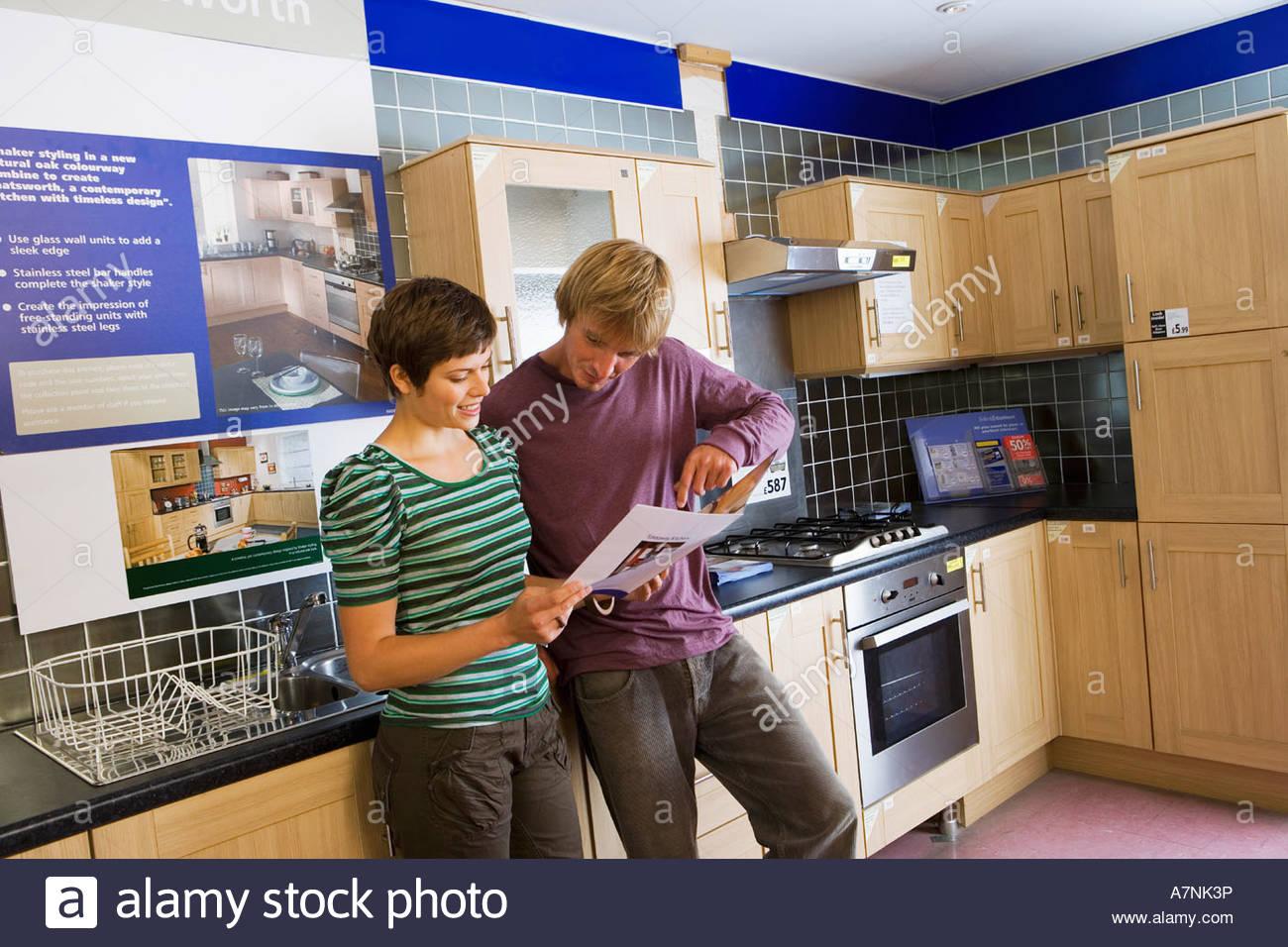 Par de compras en la sección de cocina de la tienda de muebles para ...