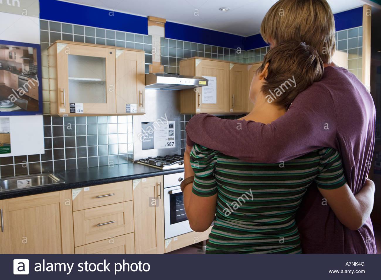Pareja mirando nueva cocina en muebles para el hogar tienda ...