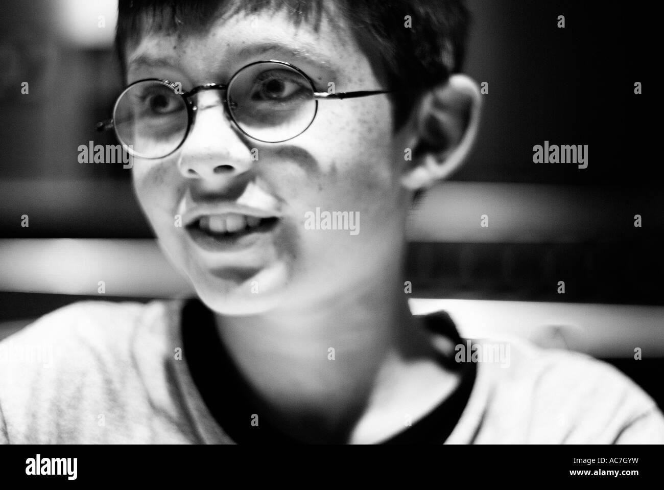 Retrato En Blanco Y Negro De Un Joven Muchacho Sonriente Que Parece