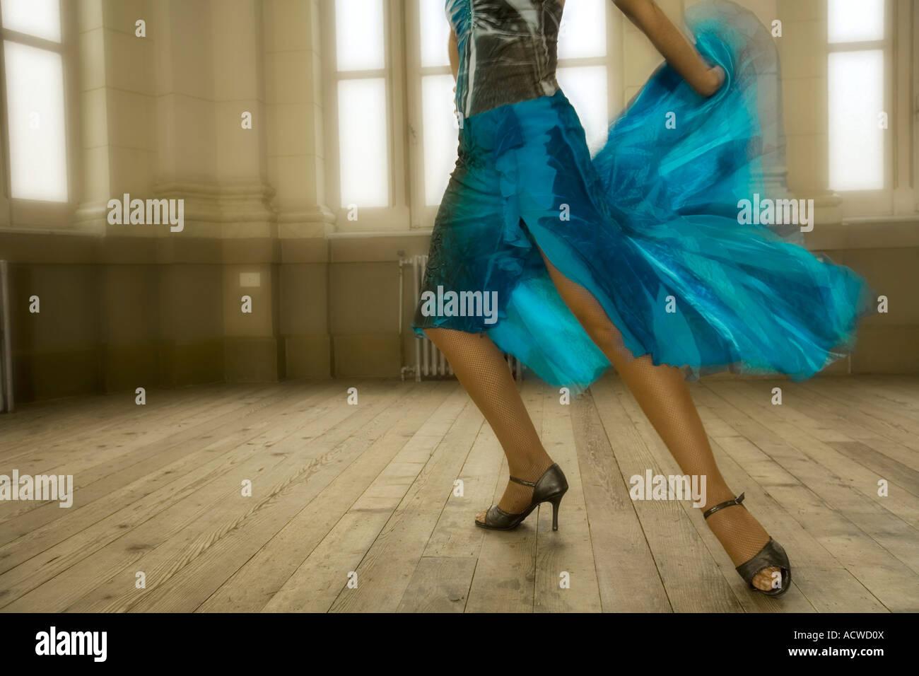 Mujer vestido azul bailando