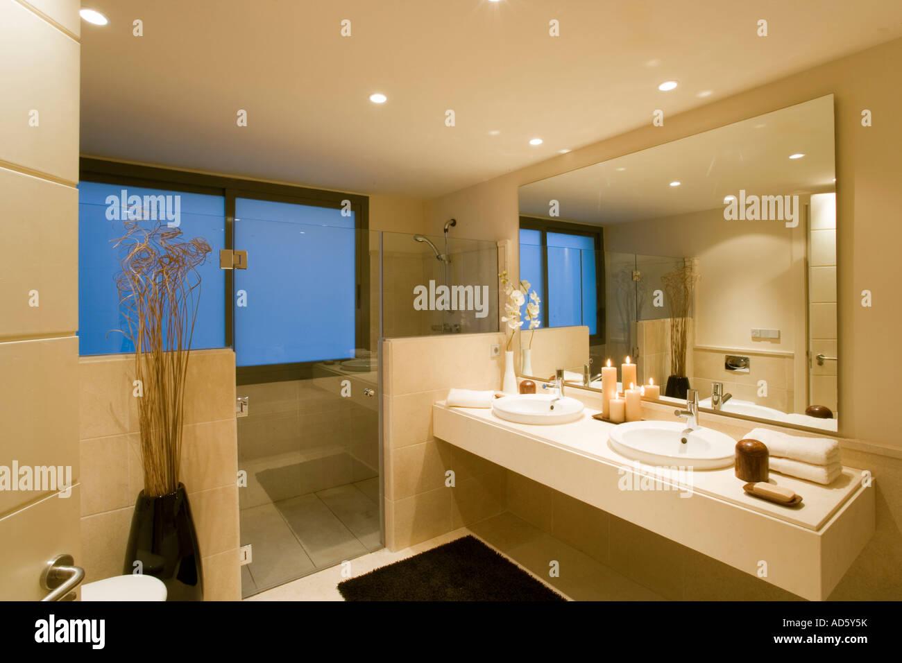Las puertas de vidrio de la ducha en el cuarto de baño modernos ...