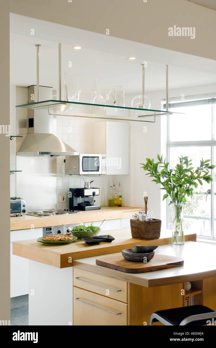 Cocina moderna con estantes de vidrio y carniceros isla Foto ... e80b1ad0dc52