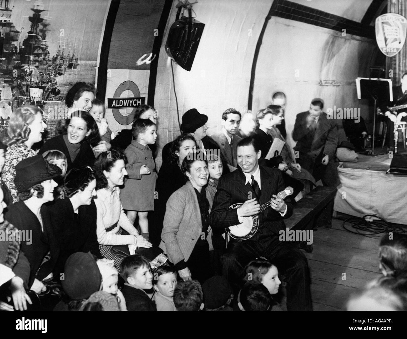 GEORGE FORMBY UK music-hall artista entretiene londinenses, refugiado de los bombardeos alemanes en la estación Imagen De Stock