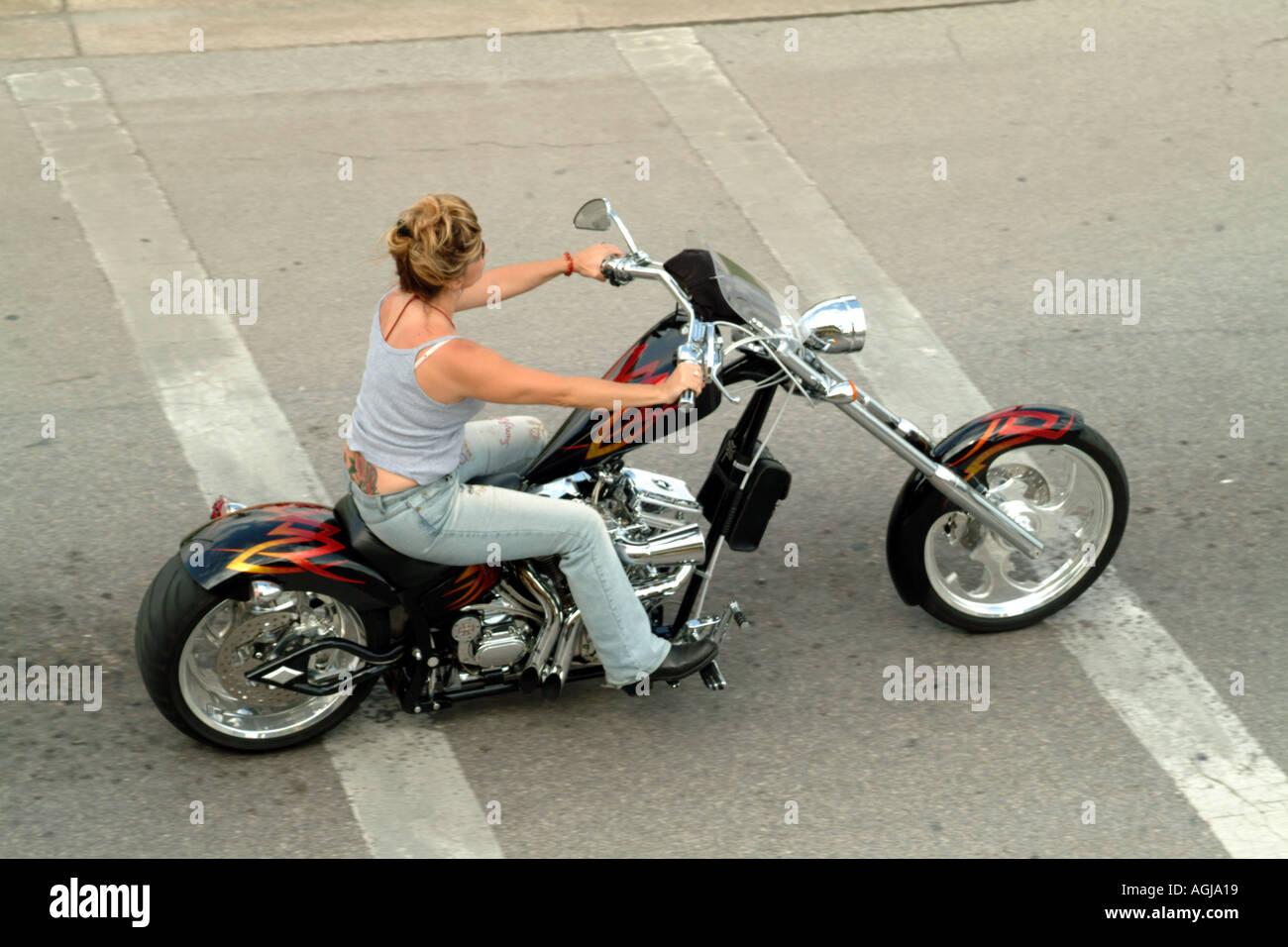 Mujer ciclista en cabeza panorámica estirada personalizados ...
