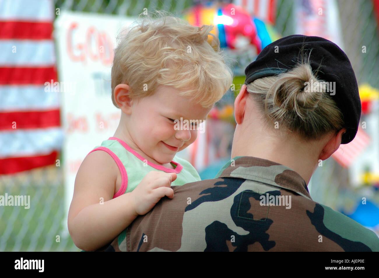 Mujer soldado en el sitio de memorial de 14 Marines muertos en Brook Park Ohio algunos con el bebé cerca para Imagen De Stock
