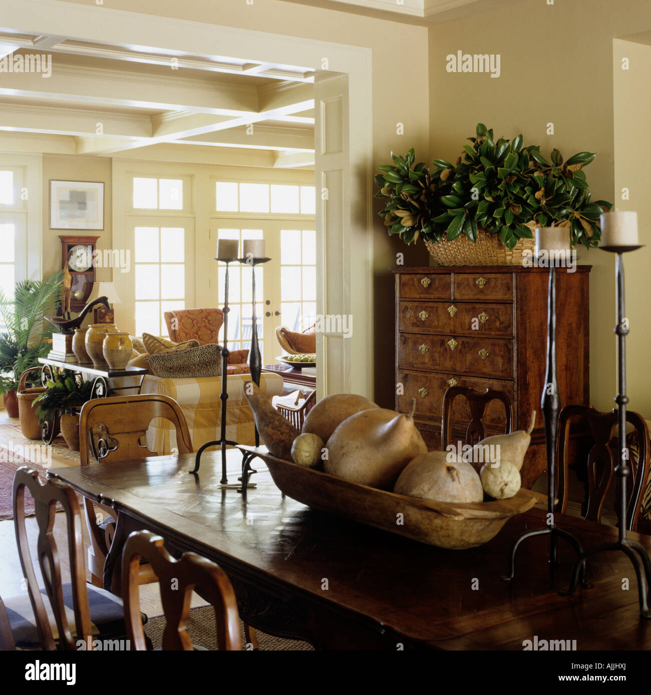 Plan abierto, comedor y sala de estar con muebles antiguos y ...