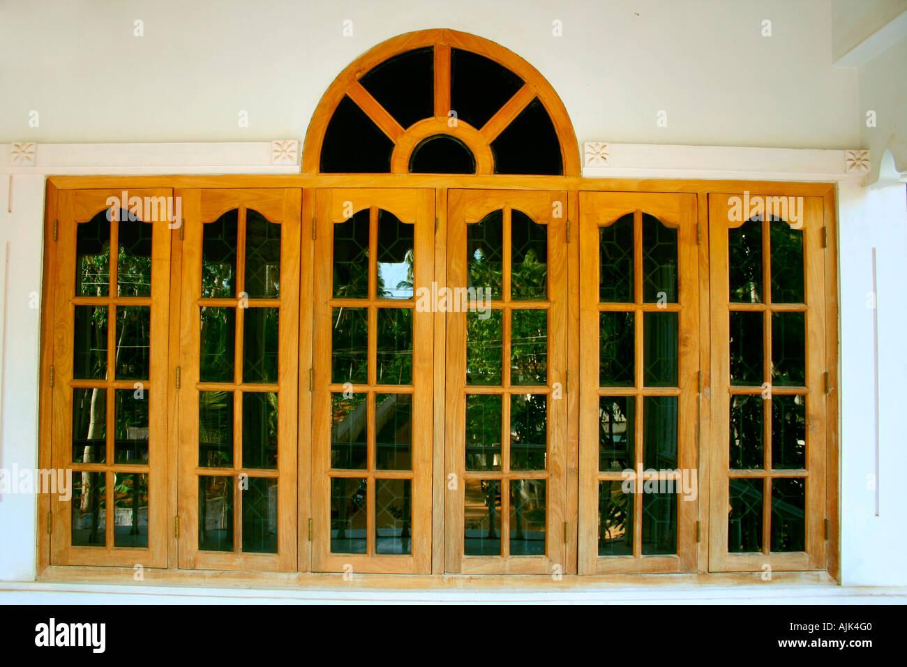 Las ventanas de vidrio de una casa moderna con un marco de madera ...