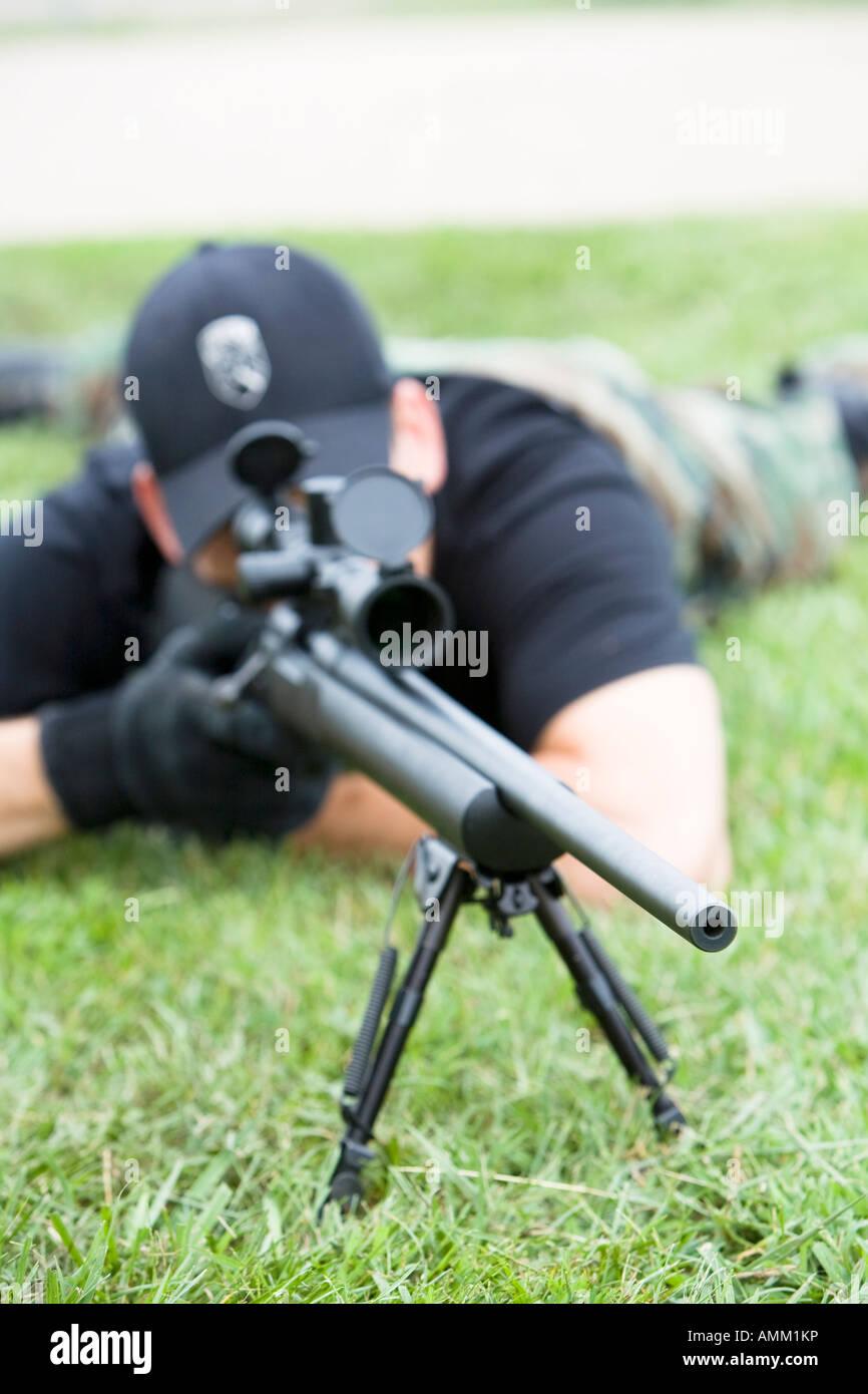 Ordenar, prisión, francotirador de SWAT TEAM en posición observando ...