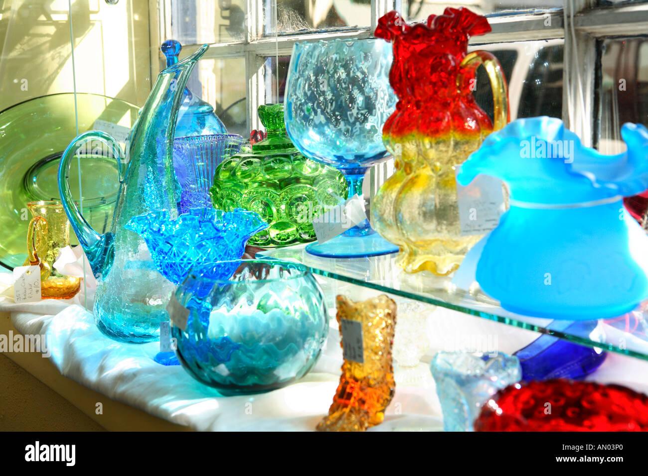 Platos de vidrio colorido en la pantalla en una tienda de antigüedades Foto    Imagen De Stock  8781471 - Alamy a8db3084665d