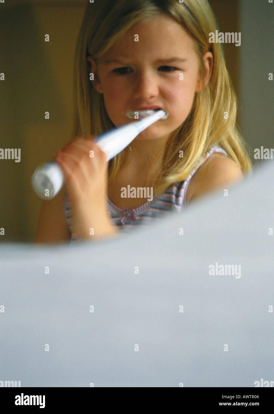 Niña cepillarse los dientes con el cepillo eléctrico 41097dc475ec