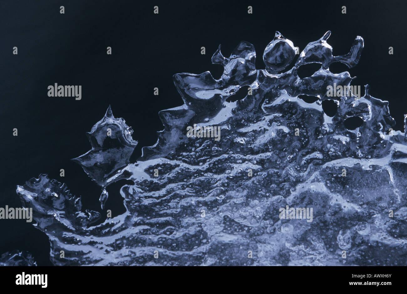 Patrón de hielo contra el fondo negro Imagen De Stock