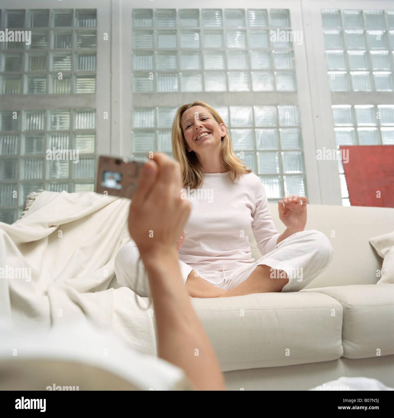 una tomar Diversión Ocio fotografía un rubia mujer de una Salón Hombre pijama en qSvRIdwq
