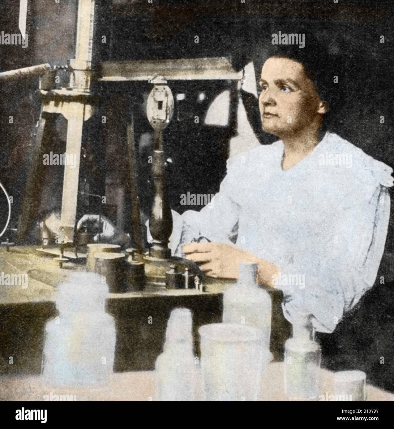 Marie Curie, 1867 - 1934 el físico francés polaco en su laboratorio. Con su esposo Pierre que ella aisló Imagen De Stock