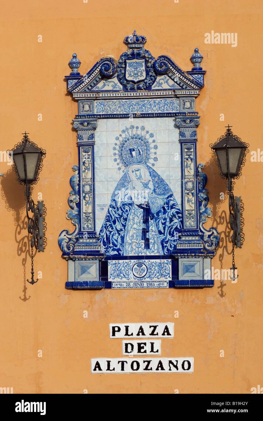 España, Andalucía, Sevilla. Un elegante signo de cerámica con ...