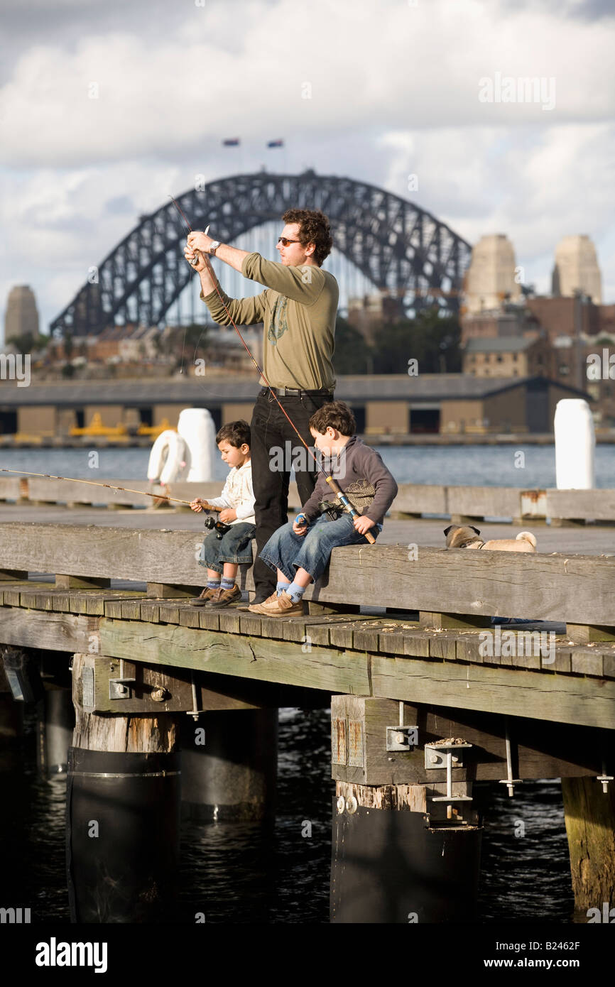 Padre e hijos la pesca Pyrmont Point Park Sydney, New South Wales Australia Imagen De Stock
