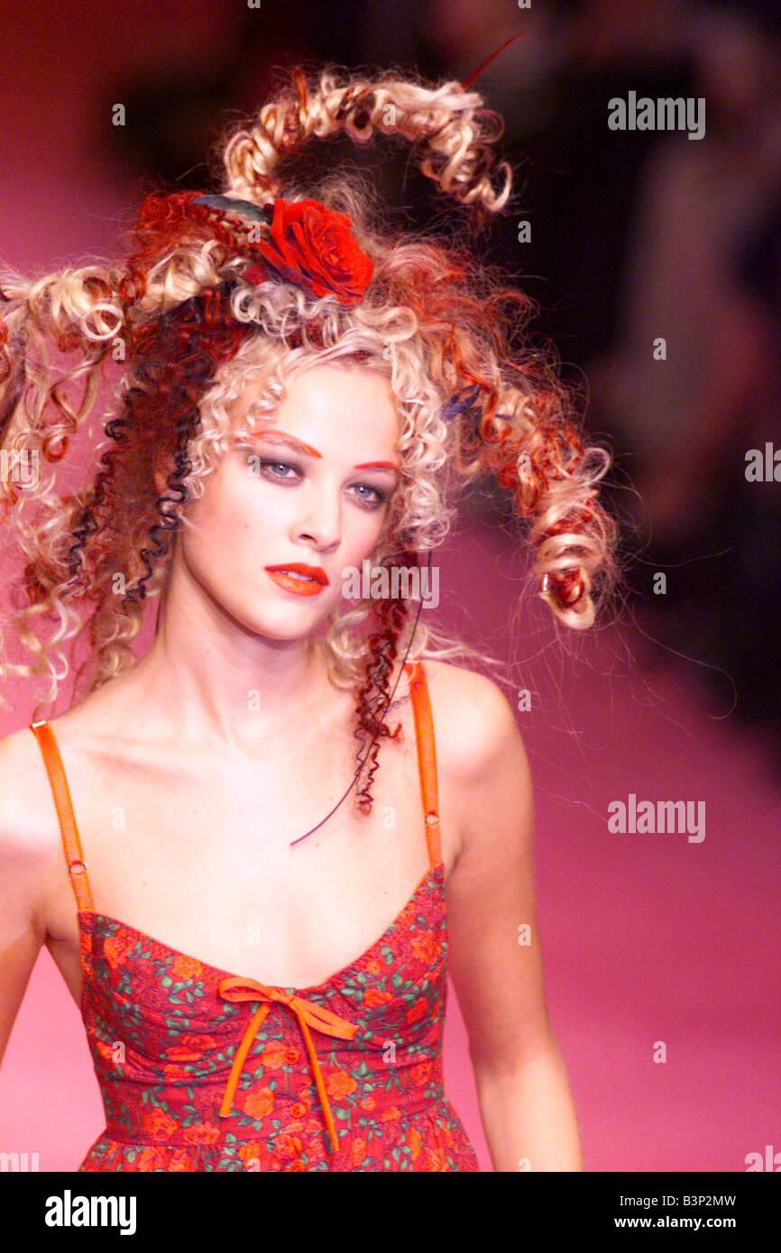 Ropa por Betsey Johnson 1998 modeladas durante la Semana de la Moda ...
