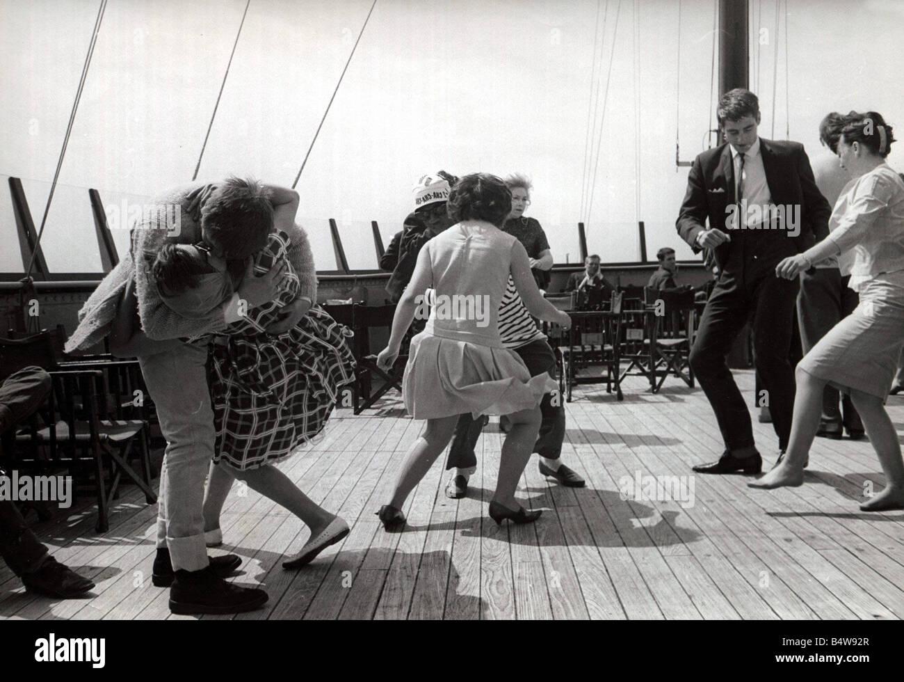 Barco parte parejas bailan y jive en true 60 s estilo pareja besándose haciendo el twist divertirse humor postal02 Imagen De Stock