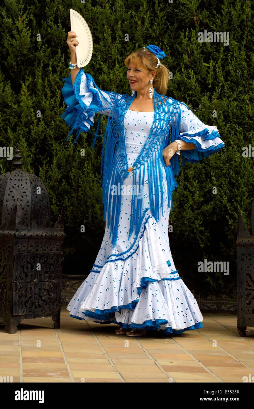 Rubia hermosa mujer española de mediana edad en traje tradicional ... 8c27187945b