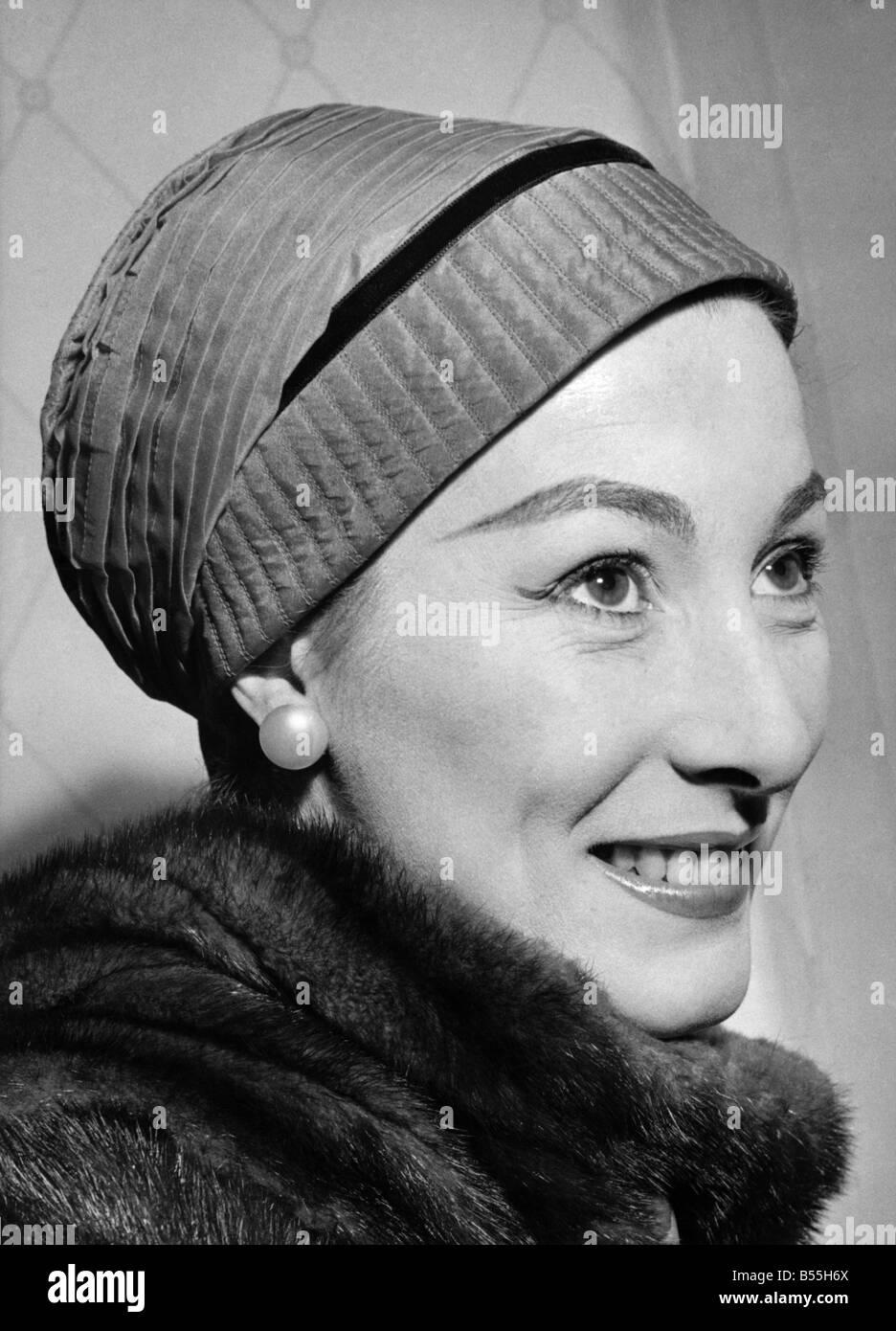 La moda. Este sombrero se llama  Miss Gancho de Holanda.