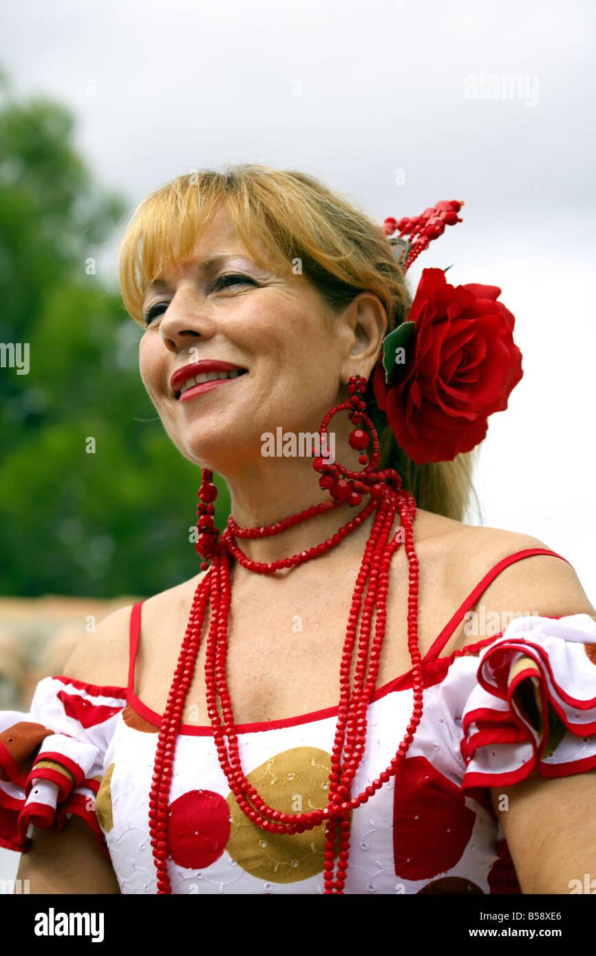 Rubia hermosa mujer española de mediana edad en traje tradicional en la  Feria de Fuengirola 89a9928eb0a