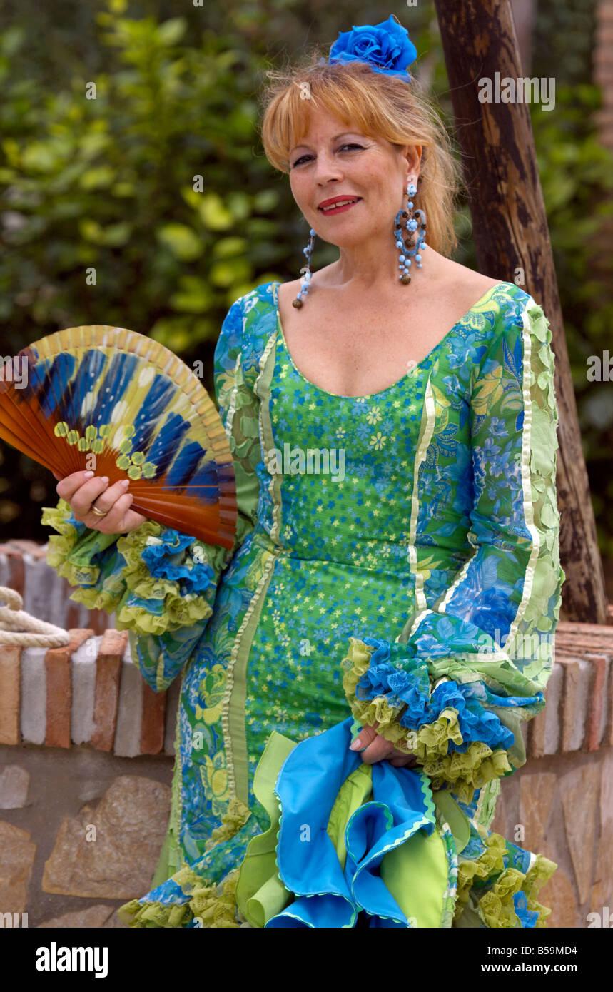 Rubia hermosa mujer española de mediana edad en traje tradicional con  ventilador abanico ( ) en la Costa del Sol 7ed561e543d