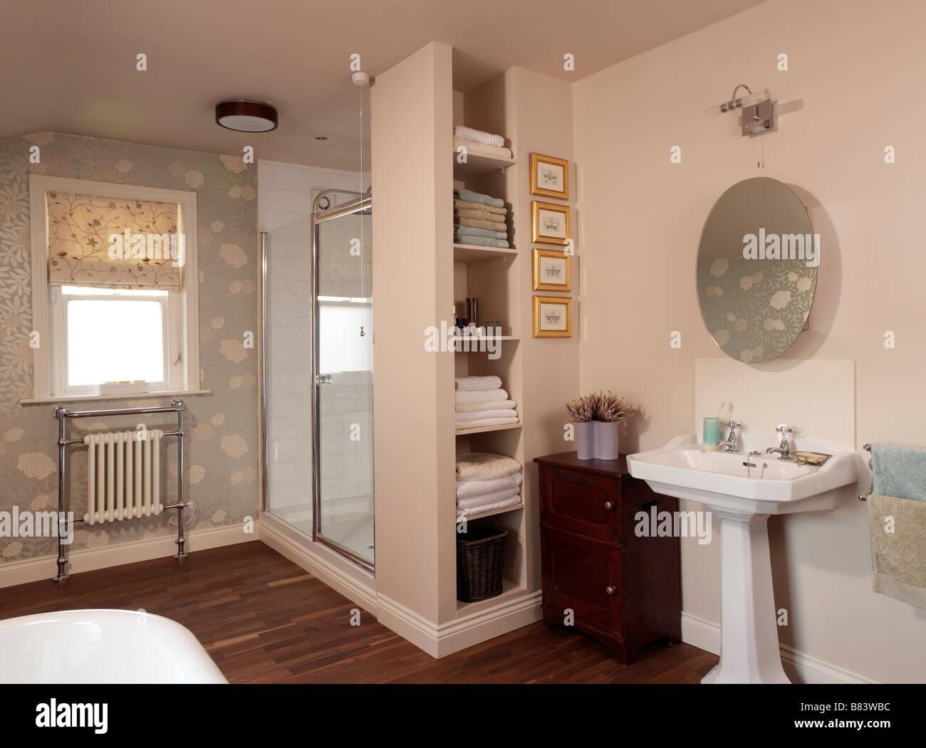 Cuarto de baño con ducha de estanterías y piso de madera Foto ...