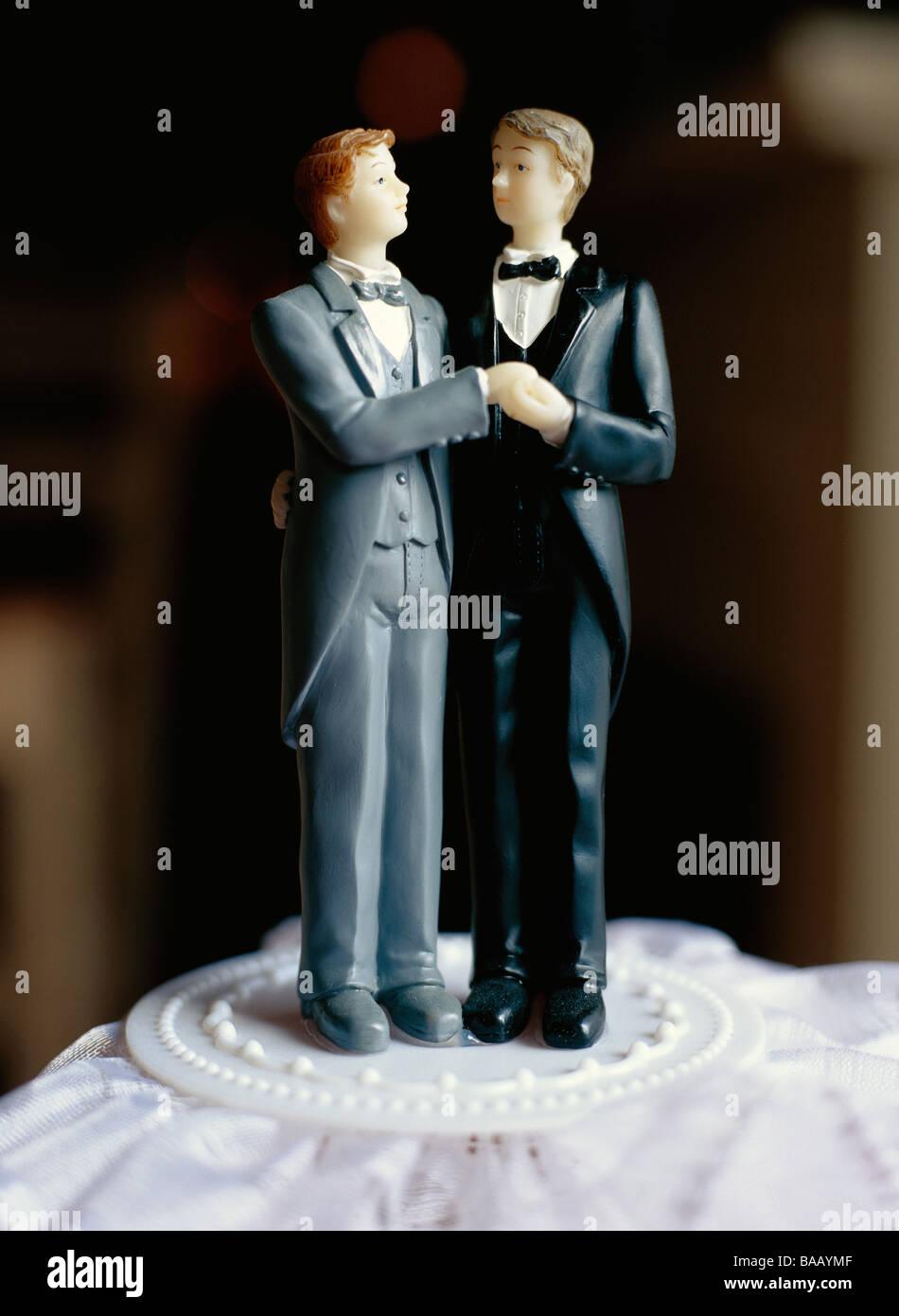 Una pareja nupcial gay en un pastel, Suecia. Imagen De Stock