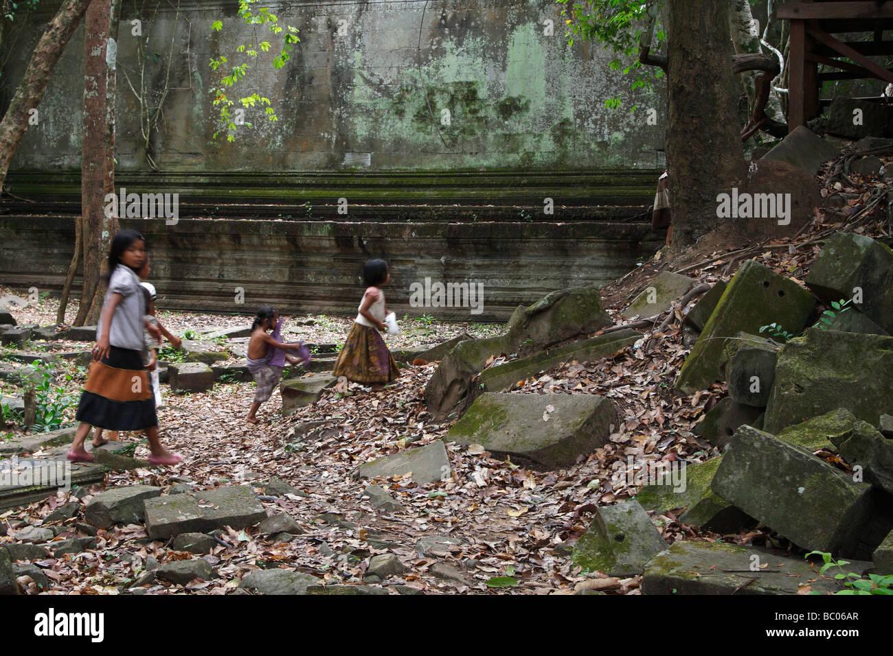 Ninos Jugando En Camboya Antigua Selva Ruinas De Beng Mealea
