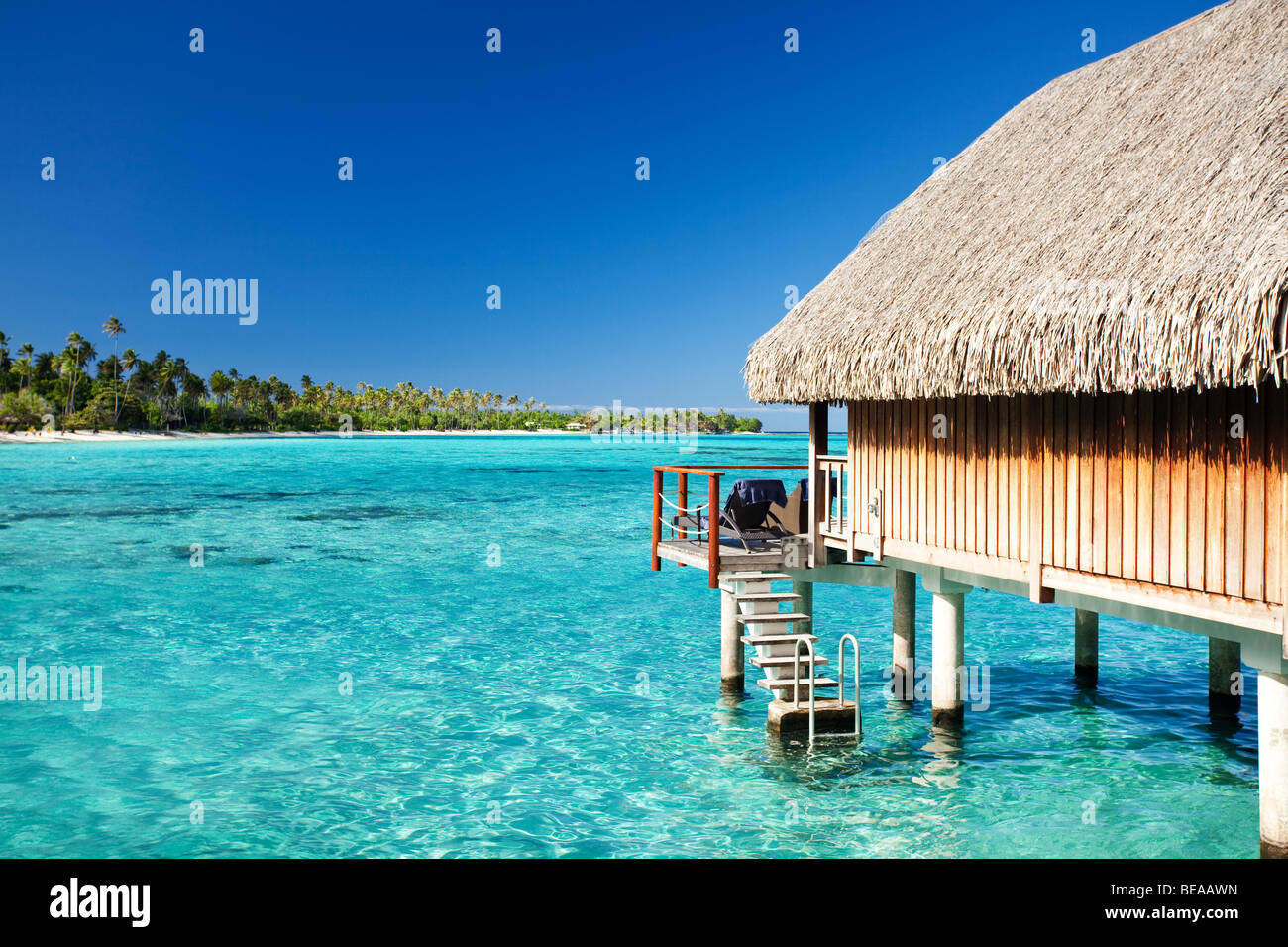 Bungalow sobre el agua con pasos en laguna increíble Imagen De Stock