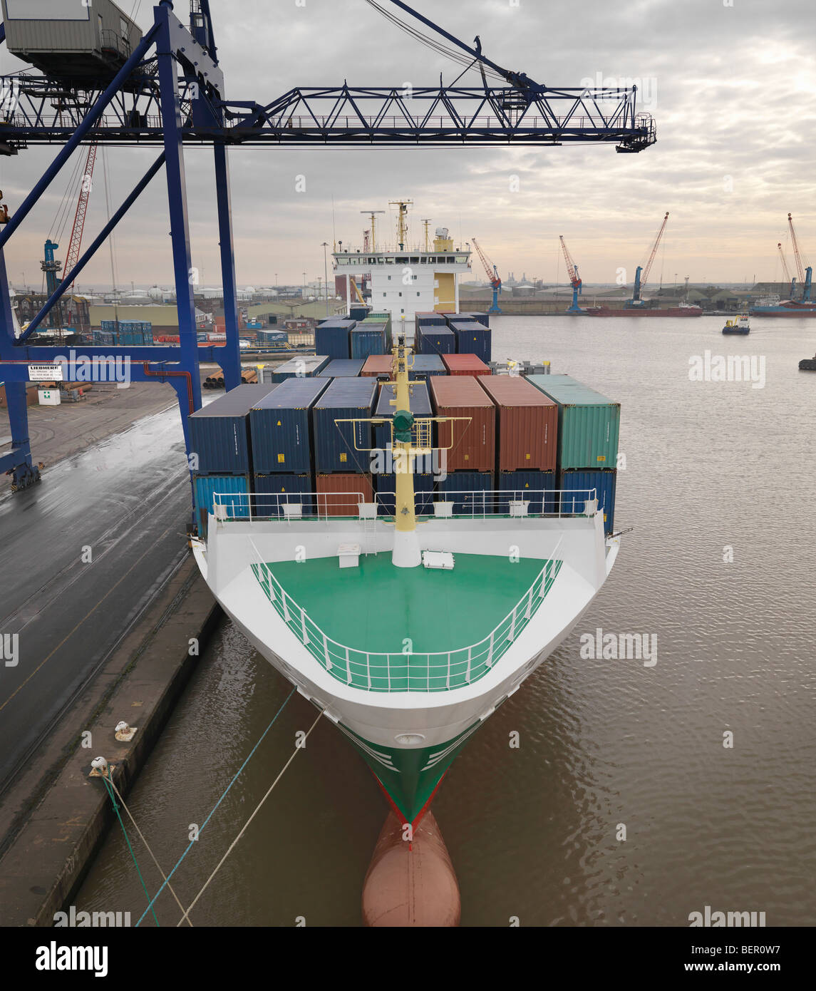 Barco de contenedores en el puerto foto imagen de stock - Contenedores de barco ...