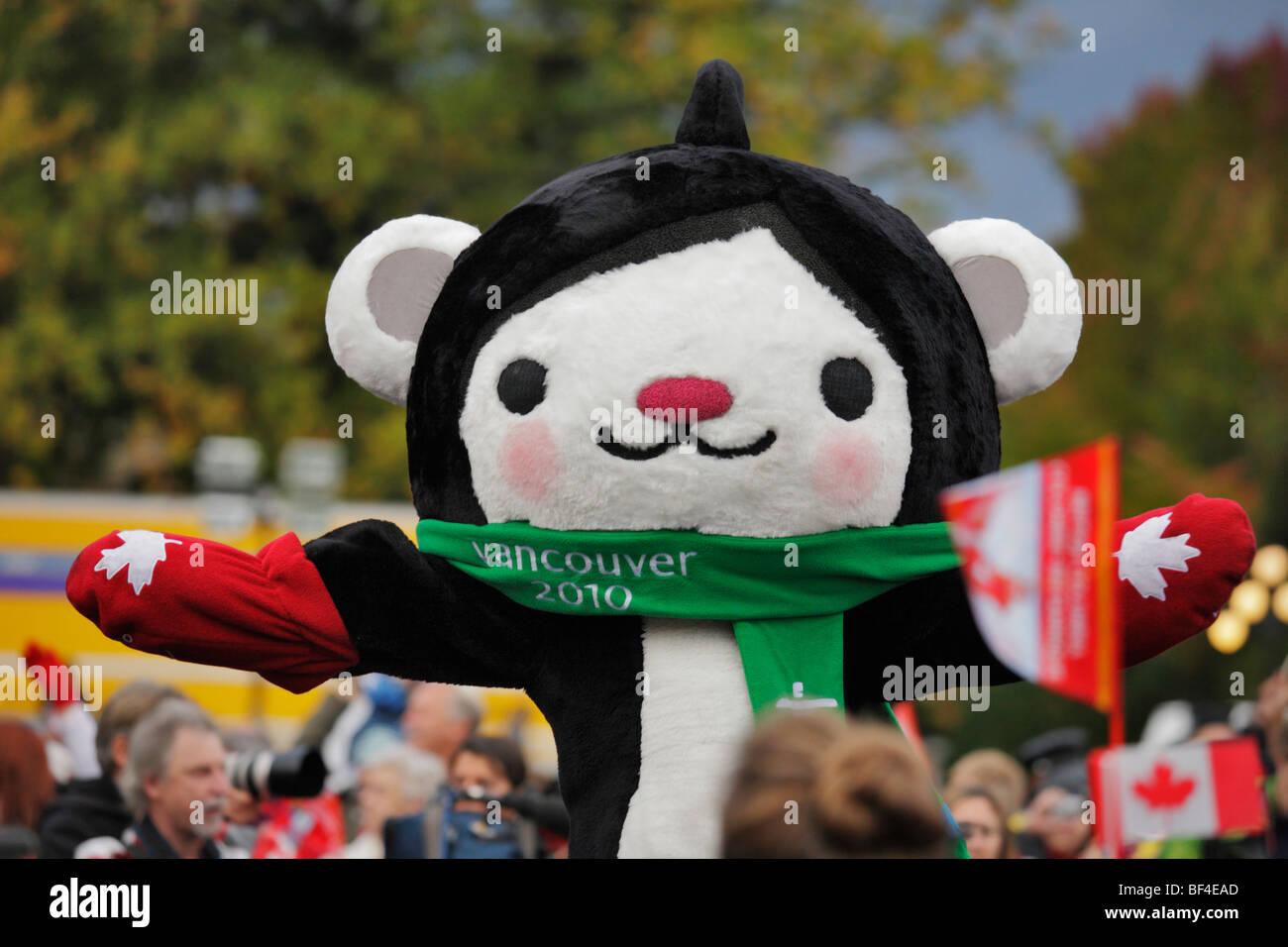 Juegos Olimpicos De Invierno De 2010 Mascota Interpretando En Frente