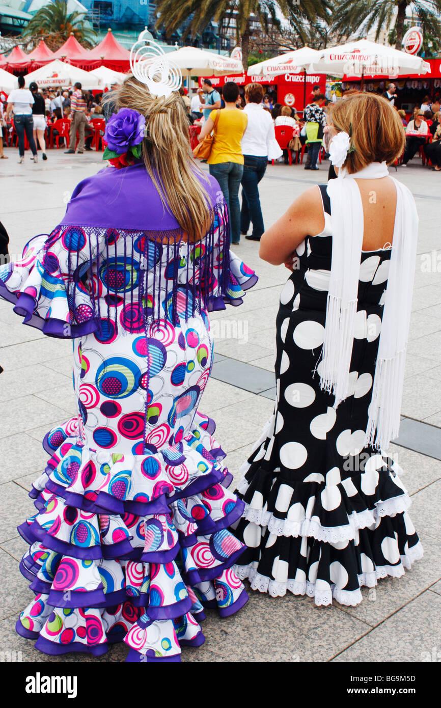 Dos damas en español figurado coloridos trajes de flamenca en fiesta en  España dfbfb0e998b