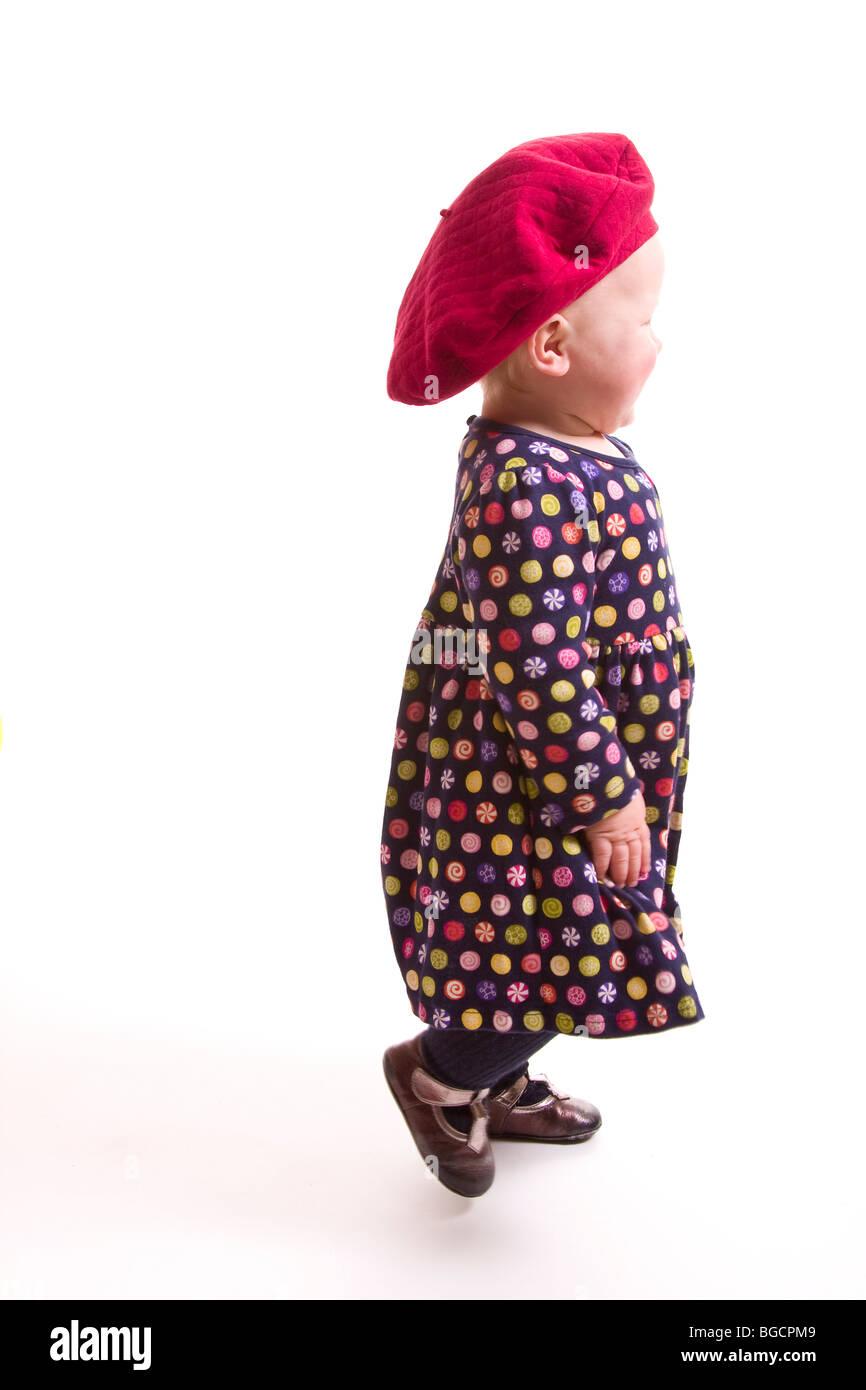 1 año de edad niña vestidos de boina roja grande se aleja aislado en blanco 0e354370956