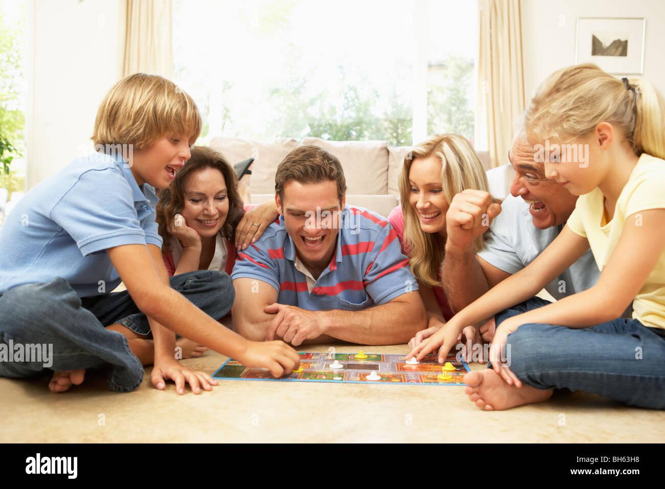 Familia Tablero De Juego Juego En Casa Con Los Abuelos Viendo Foto