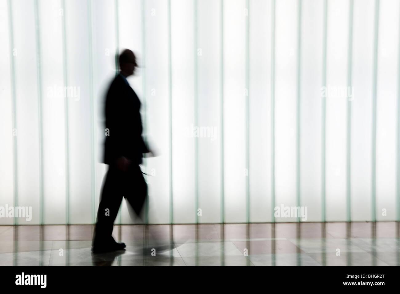 Persona caminando en silueta contra un blanco de fondo con trama ...