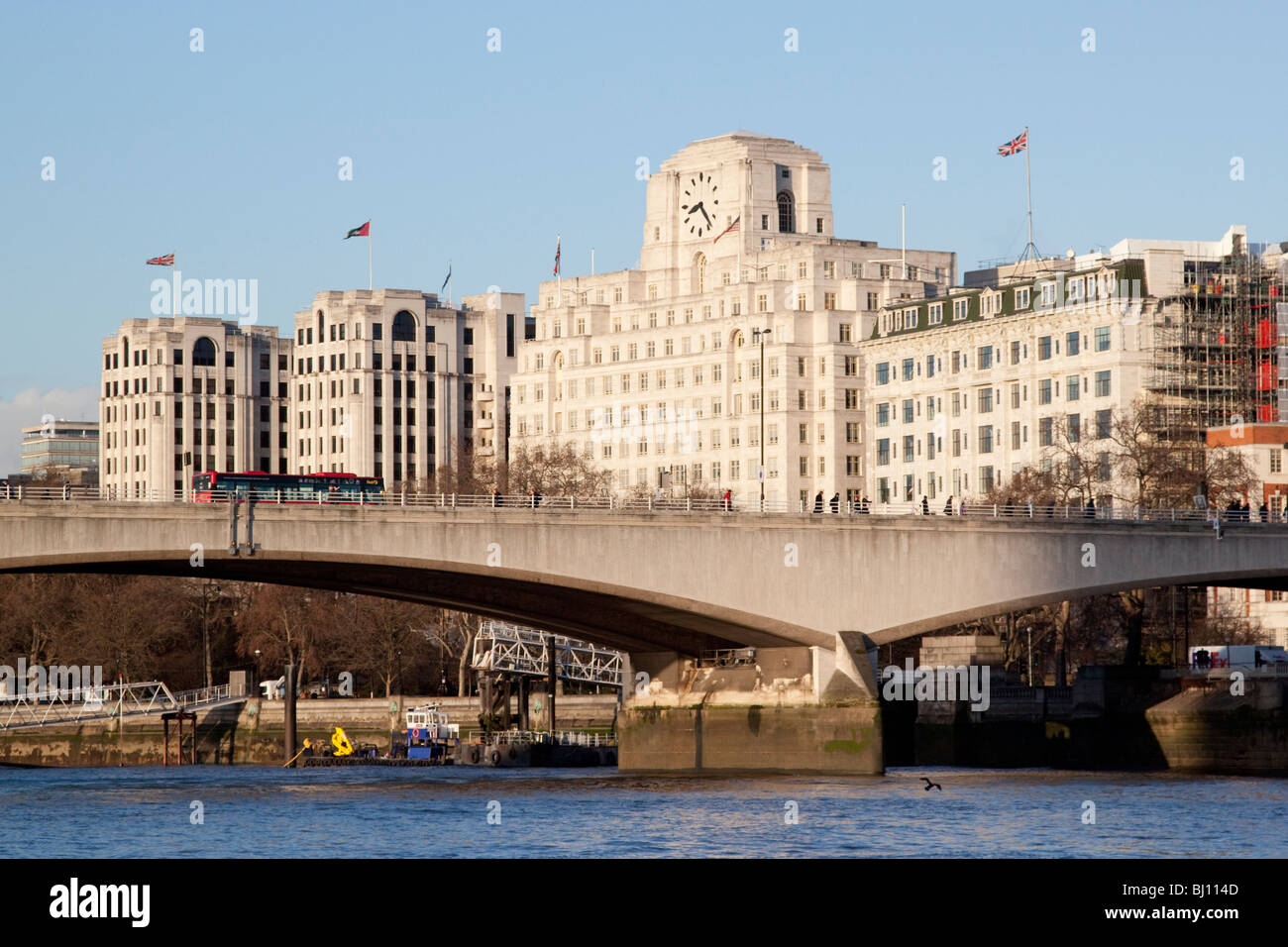 Waterloo Bridge y la Shell Mex House y el Hotel Savoy Imagen De Stock